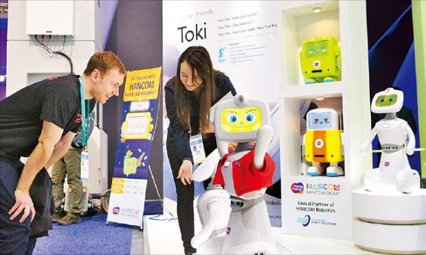 미국 라스베이거스에서 열린 'CES 2020'의 한컴그룹 부스에서 관람객이 가정용 인공지능(AI) 로봇 토키에 말을 걸고 있다.  /한컴그룹 제공