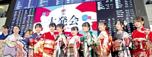 일본 도쿄증시가 첫 거래를 시작한 지난 6일 도쿄증권거래소 직원들이 일본 전통의상인 기모노를 입고 기념촬영하고 있다.   /로이터연합뉴스