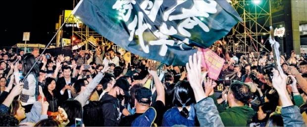 < 차이잉원 재선 성공 > 지난 11일 열린 대만 총통 선거에서 집권 민주진보당 후보인 차이잉원 총통의 재선이 확정됐다는 소식이 나오자 지지자들이 환호하고 있다.    /AFP연합뉴스