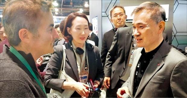 < 구글과 손잡은 LG유플러스 > 하현회 LG유플러스 부회장(오른쪽)이 미국 라스베이거스에서 열린 세계 최대 전자쇼 'CES 2020'에서 구글 경영진과 얘기를 나누고 있다.   /LG유플러스 제공