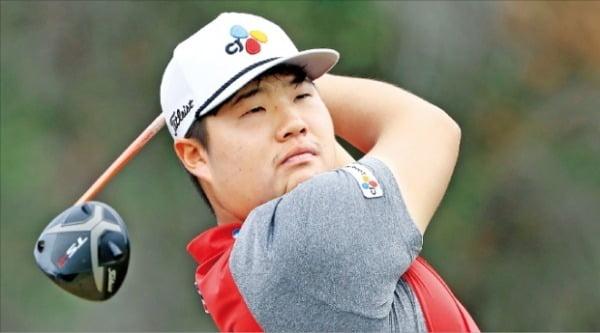 임성재가 12일 미국 하와이주 호놀룰루의 와이알레이CC에서 열린 미국프로골프(PGA)투어 소니오픈 3라운드 1번홀에서 티샷하고 있다.  /AFP연합뉴스
