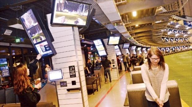 지난 8일 미국 라스베이거스 '탑골프' 매장에서 고객들이 골프 연습을 하고 있다.  /LG전자  제공
