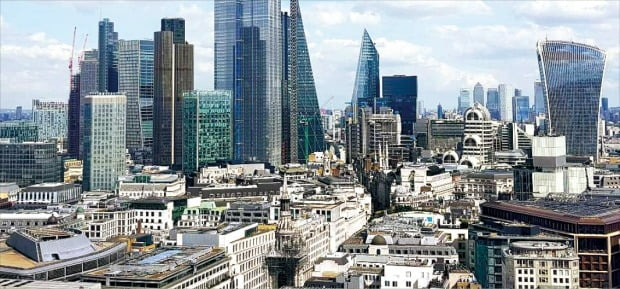 유럽에 초저금리가 이어지면서 부동산시장에 돈이 몰리고 가격이 뛰고 있다. 사진은 빌딩과 주택이 빼곡히 들어서 있는 영국 런던.  /강경민 특파원