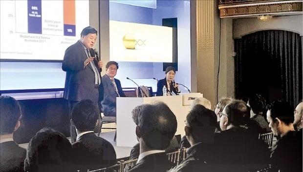 서정진 셀트리온 회장이 지난해 미국 샌프란시스코에서 열린 'JP모간 헬스케어 콘퍼런스'에서 회사의 신성장동력을 발표하고 있다.  /한경DB