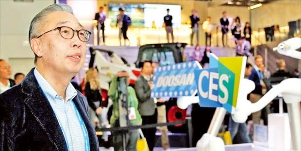 박지원 두산그룹 부회장이 지난 8일 'CES 2020'이 열린 미국 라스베이거스 컨벤션센터(LVCC)에 마련된 두산 전시관을 살펴보고 있다.