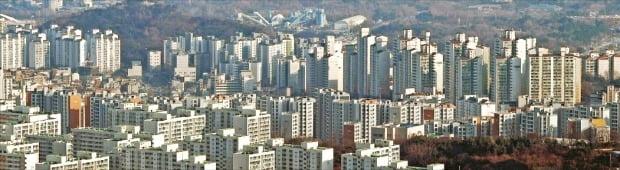정부가 지난해 '12·16 부동산 대책'을 내놓은 뒤 서울 강남 재건축은 거래가 중단된 반면 비강남권 9억원 이하 아파트와 인천, 경기 수원·용인 등 수도권 아파트에서는 풍선효과로 인한 가격 상승이 뚜렷해지고 있다. 사진은 15억원 이상 고가 아파트가 몰려 있는 강남 아파트단지들.  /한경DB