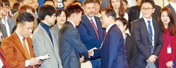 문재인 대통령이 14일 청와대 영빈관에서 열린 신년 기자회견이 끝난 뒤 기자들과 인사하며 악수하고 있다. 이날 회견에는 200여 명의 내외신 기자들이 참석했다.   /허문찬 기자 sweat@hankyung.com