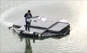 채인원 에코피스 대표가 광주 호수공원에서 '에코봇' 성능시험을 하고 있다.  에코피스 제공
