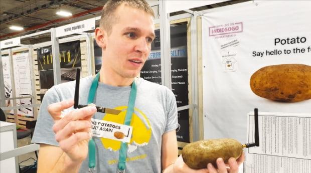 니콜라 발덱 BPZ랩스 창업자가 '똑똑한 감자'를 들고 '가짜 혁신'의 함정을 설명하고 있다.  김남영 기자