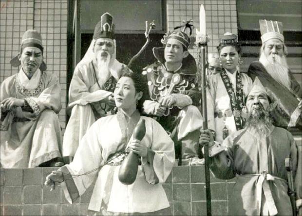 1950년 4월 30일 국립극단 전신인 신협과 극협이 국립극장 창설 공연으로 무대에 올린 '원술랑'.