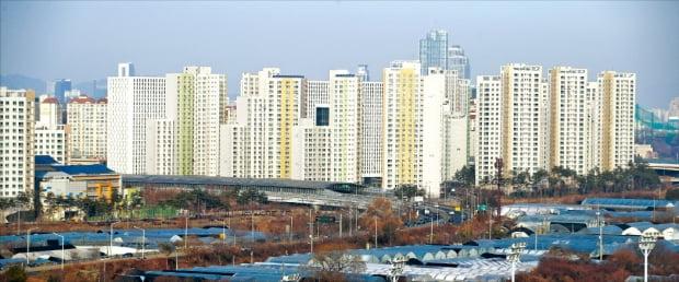 문재인 정부 들어 약 3년 동안 서울 강남지역보다는 과천, 분당 등 다른 지역의 아파트값이 더 오른 것으로 조사됐다. 과천시의 한 아파트.  한경DB