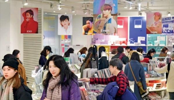 얼어 붙었던 한·중 관계가 회복 국면에 접어들면서 한국을 찾는 중국 관광객이 늘었다. 연예기획사 SM엔터테인먼트가 서울 삼성동에서 운영하는 연예인 관련 상품 판매점 'SM타운&스토어'가 방문객으로 북적이고 있다.  김영우 기자 youngwoo@hankyung.com