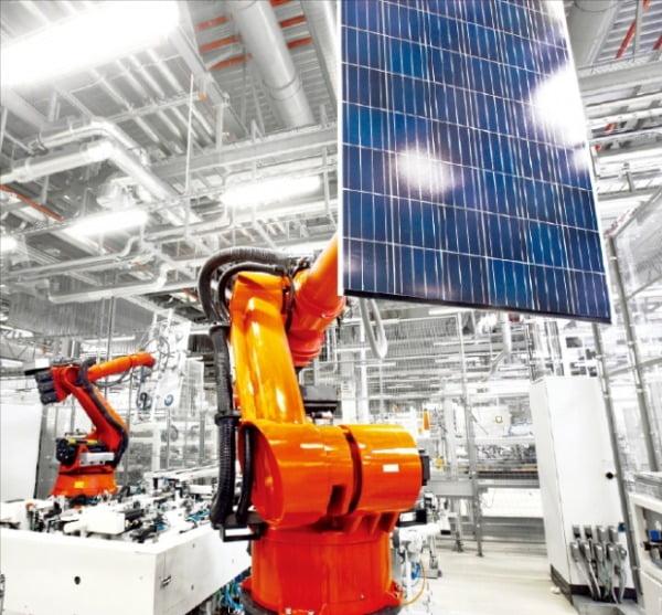 한화솔루션의 태양광 모듈 공장.  한화 제공