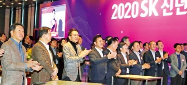 지난 2일 서울 광장동 워커힐호텔에서 열린 '2020년 SK그룹 신년회'에서 구성원 대표들이 행복을 주제로 패널 토론을 했다. 최태원 회장이 무대 아래에서 패널들의 토론을 듣고 있다.  SK 제공