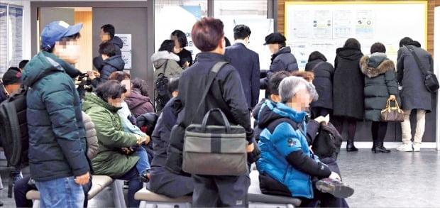 구직자들이 지난 17일 서울 도화동 서부고용복지플러스센터에서 실업급여 신청을 위해 기다리고 있다.  /신경훈 기자 khshin@hankyung.com
