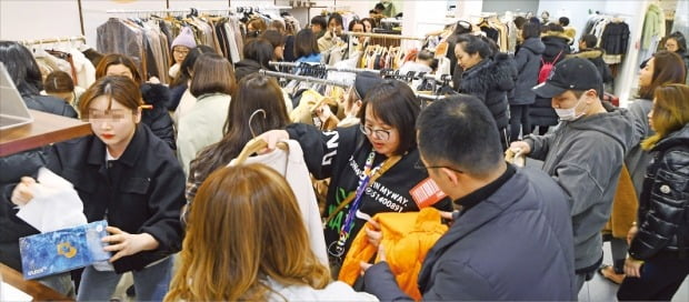 지난 14일 밤 서울 동대문에 있는 도매상가 'apM 플레이스'가 중국인 쇼핑객들로 북적이고 있다. 중국인들은 동대문시장이 활기를 되찾는 데 중요한 역할을 하고 있다.  /강은구  기자  egkang@hankyung.com