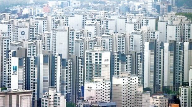 서울의 상당수 자치구가 정부가 산정한 표준지 공시지가 상승률이 지나치게 높다며 이를 낮춰달라고 요구했다. 올해 공시예정가격이 10.33% 오른 강남구 일대 아파트.  /한경 DB