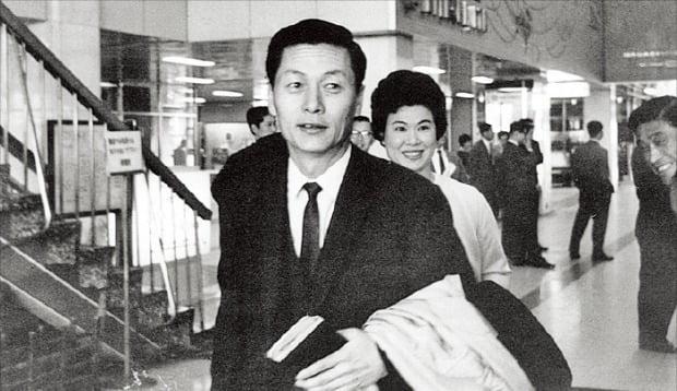 신격호 롯데그룹 명예회장은 한 달 단위로 한국과 일본을 오가며 '셔틀 경영'을 했다. 1970년대 초 김포공항을 통해 입국하고 있는 신 명예회장.  /롯데그룹  제공