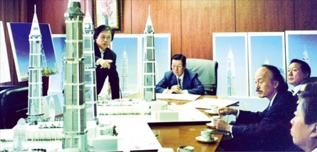 신격호 롯데그룹 명예회장(가운데)은 서울 잠실에 국내 최고층 빌딩 롯데월드타워를 세우는 것이 평생 꿈이었다. 1995년 8월 롯데월드타워 설계안을 보고받고 있다.  /롯데그룹  제공