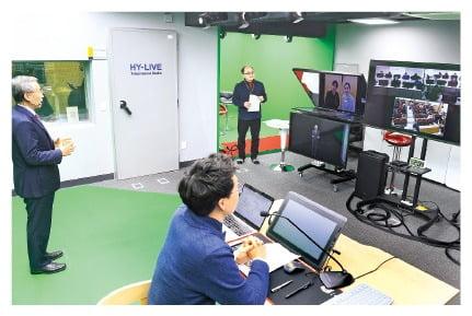 김우승 한양대 총장(왼쪽)이 스튜디오에서 텔레프레즌스를 통해 학생들에게 강연하는 모습.  /강은구 기자 egkang@hankyung.com