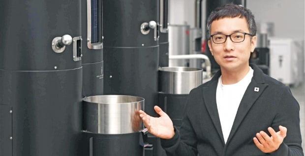 우종욱 스트롱홀드테크놀로지 대표가 서울 금천구 본사에서 직접 개발한 커피로스팅 기계에 대해 설명하고 있다. /신경훈 기자 khshin@hankyung.com
