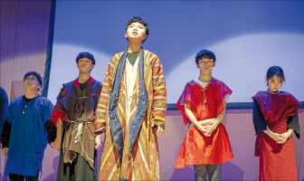 뮤지컬 공연 중인 중앙예닮학교 학생들.