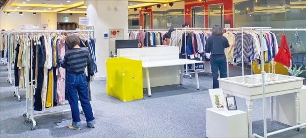 여성 의류 쇼핑 앱(응용프로그램) 스타트업 브랜디가 동대문 도매상가에 대형 쇼룸을 열었다. 개장 2주 만에 약 700여개의 의류 도매업체가 이곳에 입점했다. 스타트업들이 동대문 시장 생태계를 바꿔놓고 있다.  /브랜디 제공