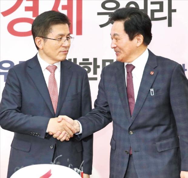 황교안 자유한국당 대표(왼쪽)와 원희룡 제주지사가 통합신당 논의를 위해 22일 국회에서 만나 악수하고 있다.  연합뉴스