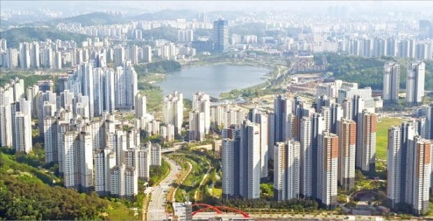 수도권과 지방 광역시에서 실거래가격이 10억원을 넘는 아파트(전용면적 84㎡ 기준)가 속출하고 있다. 최근 6개월 사이 전용면적 84㎡ 매매가격이 최대 4억원 오른 경기 수원 광교신도시.  한경DB