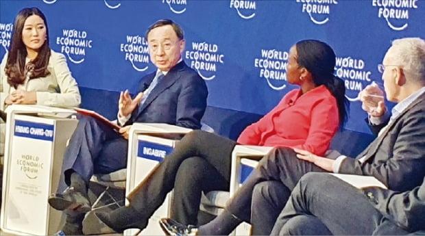 황창규 KT 회장(왼쪽 두 번째)이 지난 24일 열린 세계경제포럼(WEF·다보스포럼) '차세대 디지털 시대를 위한 투자' 세션에서 토론하고 있다.  /KT  제공