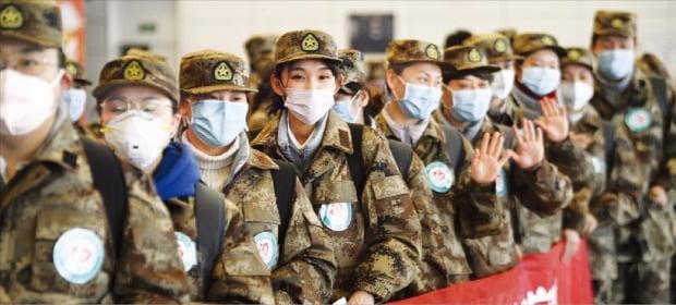 < 우한으로 가는 의료진 > 군복을 입은 중국 의료진이 28일 중국 인촨의 허둥국제공항에서 우한으로 떠날 준비를 하고 있다.    /신화연합뉴스