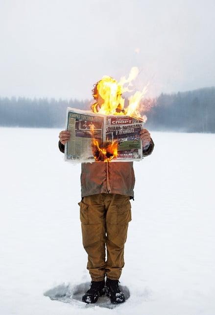 서울 삼청동  공근혜갤러리에 전시된 러시아 사진작가 팀 파르치코브의 '불타는 뉴스'.  공근혜갤러리 제공