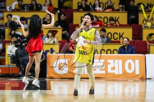 농구영신 흥행불패…사직 관중석 통천 4년만에 걷었다(종합)