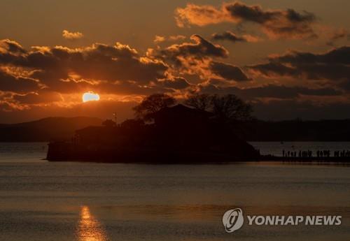 해맞이 명소 충남 당진 왜목마을에 인파…경자년 새해 소원 빌어