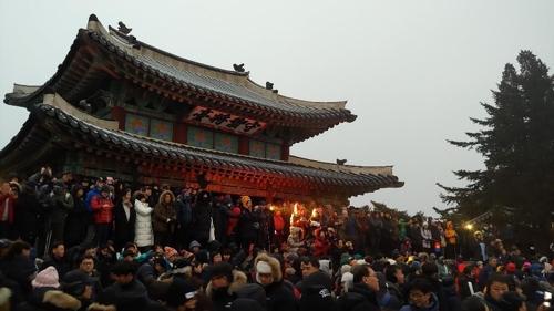 """""""새해 복 많이 받으세요"""" 경기지역 해맞이 행사장도 '북적'"""