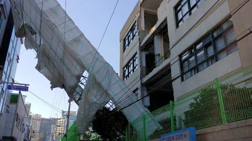 부산서 중학교 외벽 철거중 가설물 넘어져…인명피해는 없어