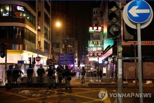 홍콩 새해맞이 불꽃놀이 대신 화염병·최루탄 공방전