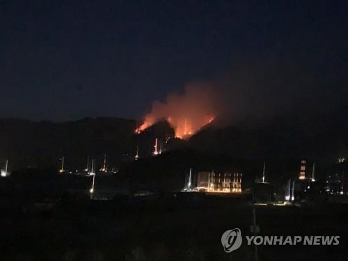춘천 신북읍 야산 산불 진화 재개…헬기 6대·160여명 투입