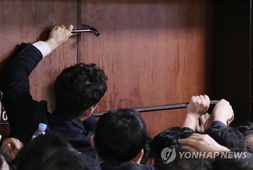 檢, 패스트트랙 약식기소 한국당 의원 2명에 '당선무효형' 구형(종합)