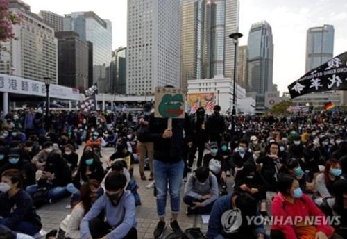 """대만 대선에 고무된 홍콩인들 """"직선제 도입하라"""" 시위"""
