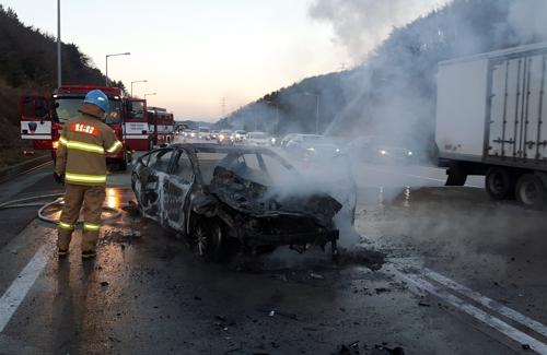 고속도로 휴게소 입구 추돌사고로 차량 전소…1명 경상(종합)