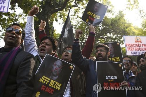 """인도 중소업체 아마존에 뿔나자…베이조스 """"10억달러 투자"""" 약속"""
