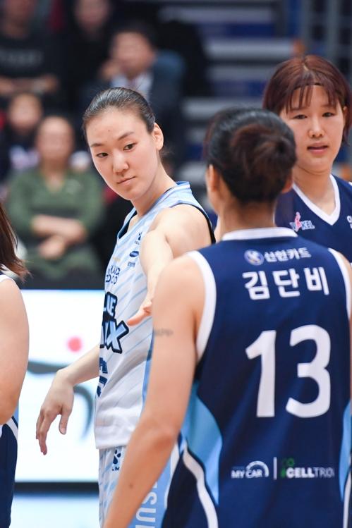 여자농구 삼성생명, 신바람 3연승…신한은행 제치고 4위로