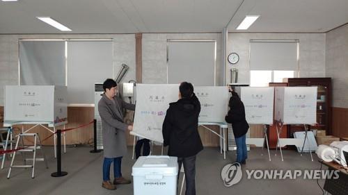 '통합신공항 이전' 경북 군위·의성서 사전투표 시작