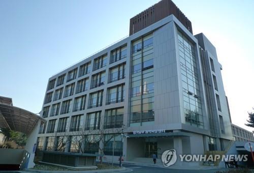 """아주대 의과대학 교수회 """"'욕설 논란' 의료원장 즉각 사임하라"""""""