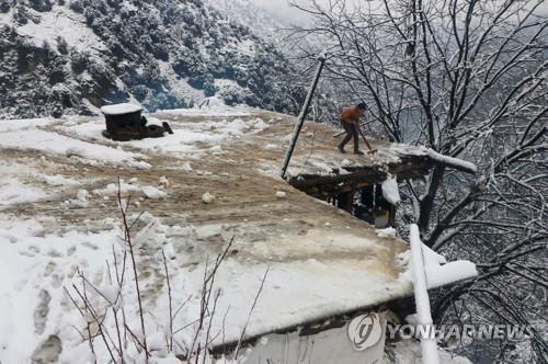 눈사태에 파묻힌 파키스탄 소녀, 18시간 만에 구조
