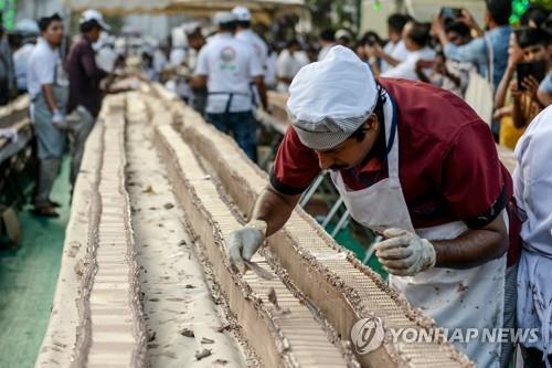 인도 제빵사, 6.5㎞ '세계 최장' 케이크 완성…무게는 2.7t