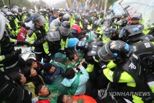 사드 반대집회 중 해산 거부 농민 항소심서 벌금 30만원