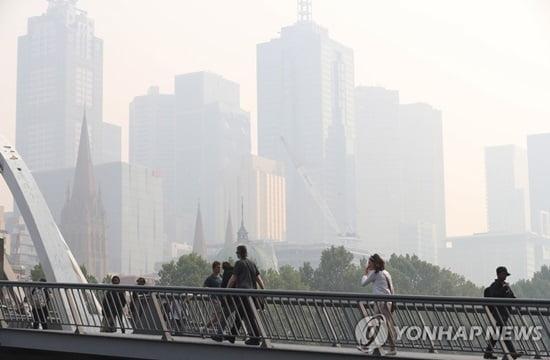 호주 산불로 연기 자욱…멜버른 공항 활주로 봉쇄