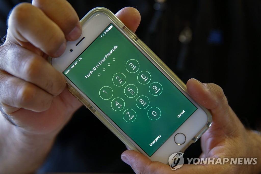 """트럼프 """"당장 행동""""...아이폰 `잠금장치 해제 거부` 애플 비판"""